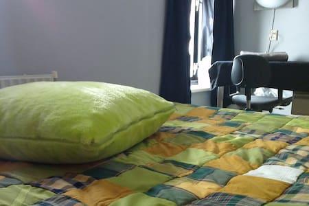 Rustige, ruime kamer met 2 pers.bed - Heelweg