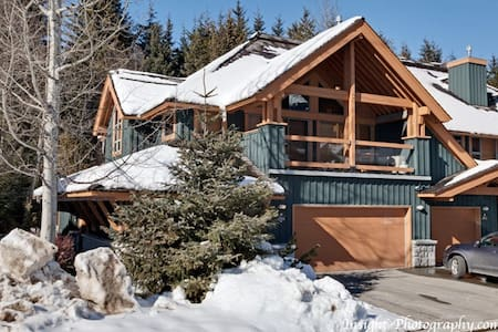 Luxurious 3 Bedroom and Den, Sleeps 10 - Whistler - Villa