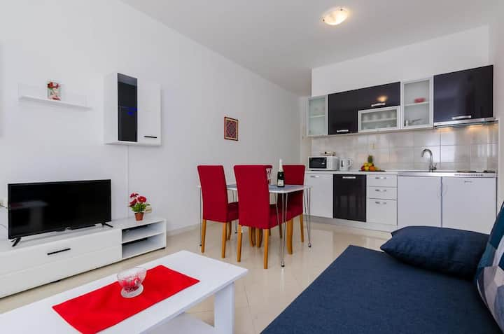 Red apartment with  city view free parking