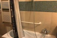 Kleine Badewanne im privaten Badezimmer