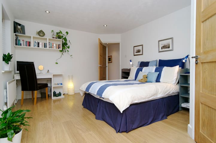 Large quiet double ensuite room