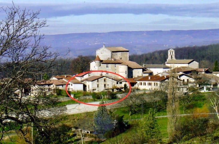 Gîte de caractère dans un petit village médiéval