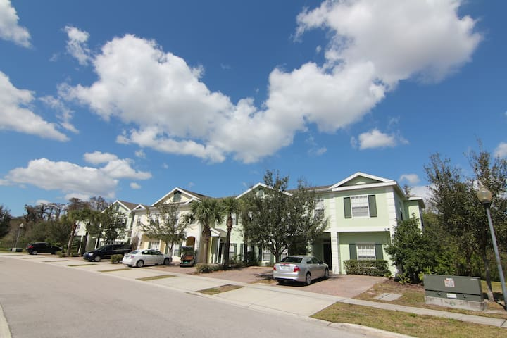 Gated, 5Br/3Ba, 6mi to Disney, free WiFi/Cable TV