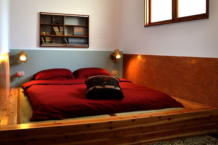 巷弄X台南,302雙人房,榻榻米上鋪床墊。隱身小西門巷弄裡,60坪的庭園、交誼廳,宛如世外桃園。