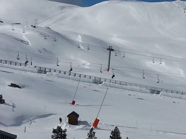 front de neige tunnel accès pistes et espace luge VUE DU BALCON