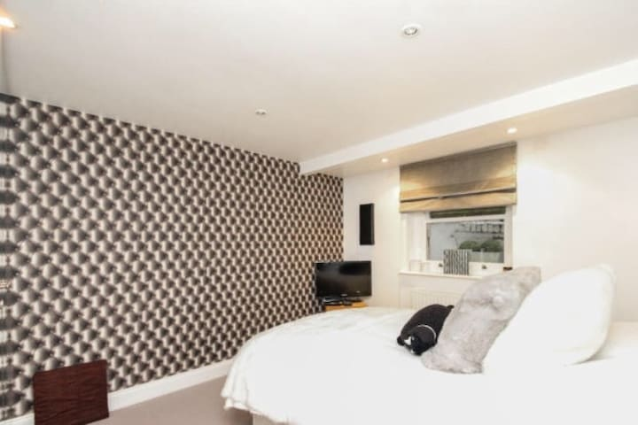 Double bedroom, 20 minutes to London Waterloo - Surbiton - Lejlighed