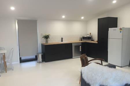 New cool modern designer space - Orange - Apartment