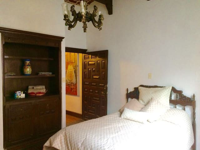 Wide classic room, private bathroom, heart of city - Ciudad de México  - Casa