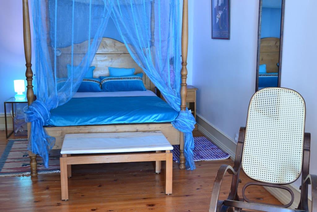 Quarto Azul , com cama de dossel e sala com sofá cama de casal!i