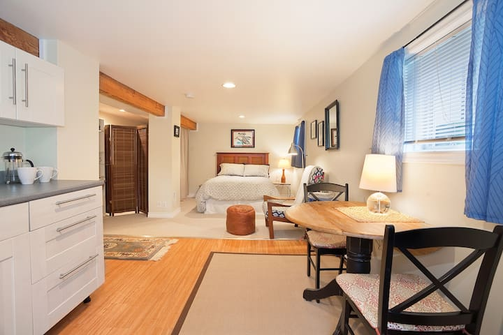 Cozy Suite Near Oak Bay & Beach