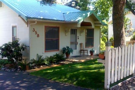 High Street Cottage- Luxury Cottage - Ashland