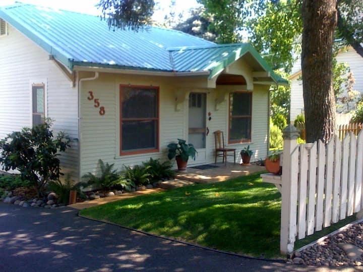 High Street Cottage- Artist's Garden Cottage
