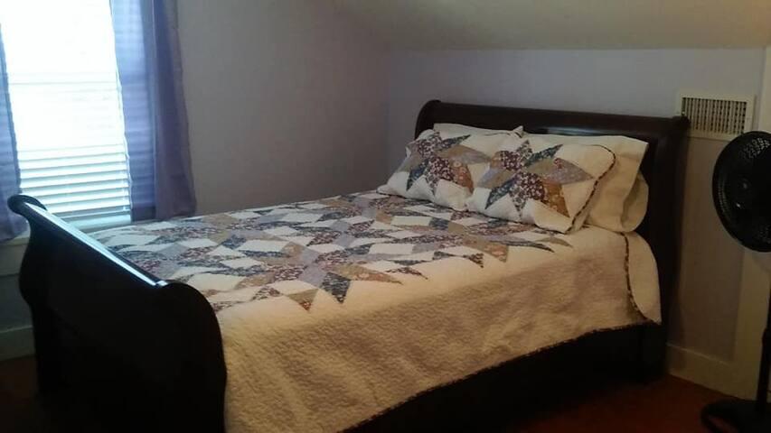 queen size bed, dresser, closet