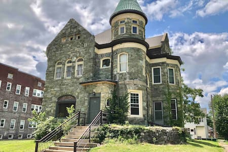 Historic 'Castle' Apt. 2BR/2BATH Near Downtown