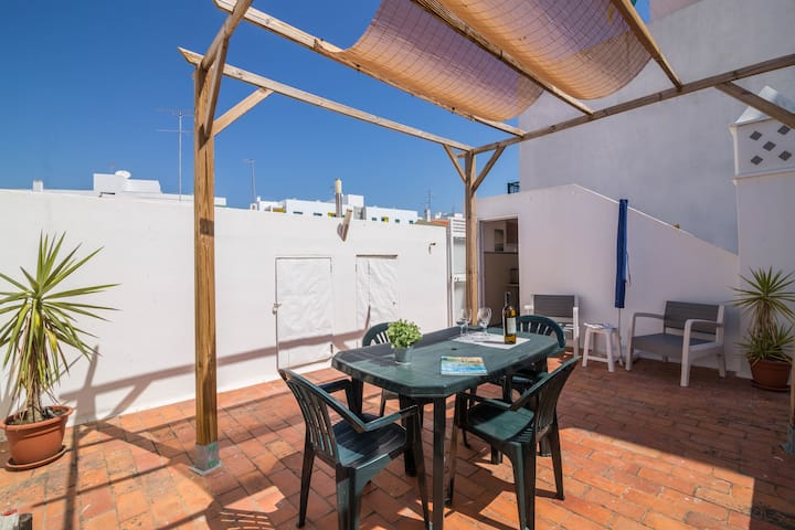 """Large Holiday Apartment """"Armação Beach Residence 21"""", Centrally Located and Close to the Beach, with Balcony, Barbecue, Wi-Fi and Cable TV; Parking Available"""
