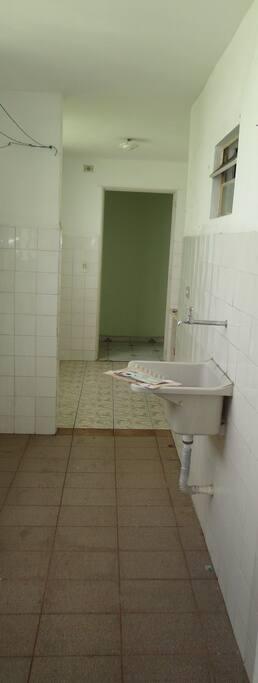 Area de serviço e cozinha com piso e azulejos novos