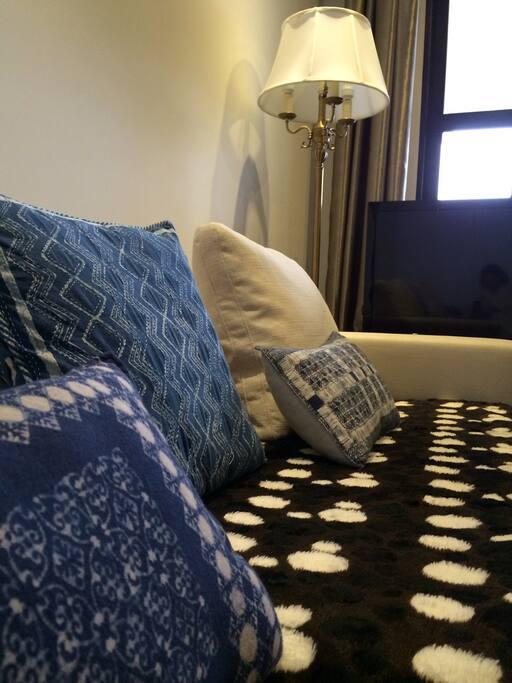 Voluminous sofa can be your second bed(not a real sofa bed)宽大沙发可做第二张床,但并不是沙发床哦