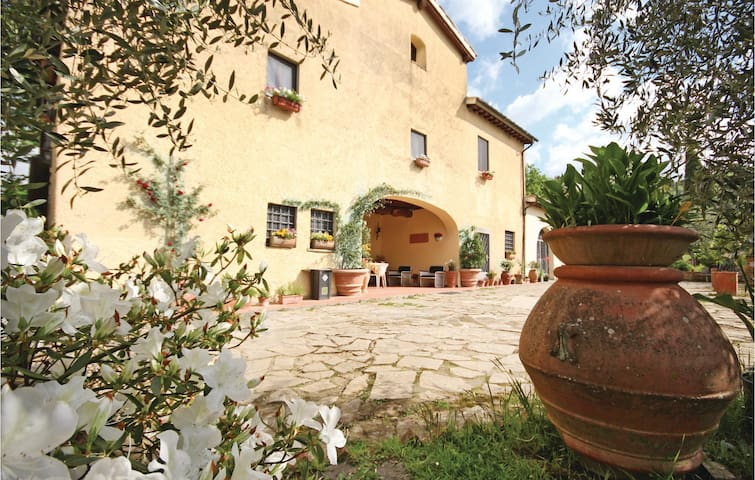 Semi-Detached with 6 bedrooms on 240 m² in Scandicci FI