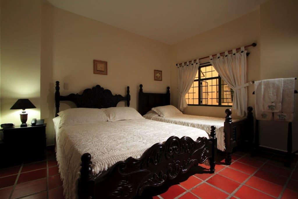 habitacion para tres personas.Baño privado, agua caliente, tv por cable, telefono llamadas locales. ventilador o Aire acondicionado.