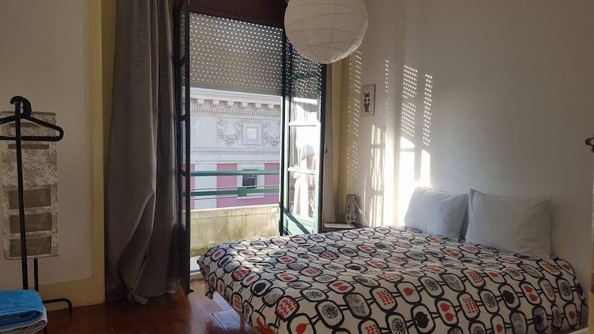 Sunny bedroom at center of Porto - Porto