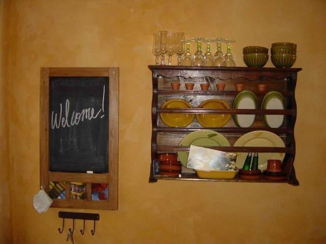 Verres à pied, céramiques artisanales, la vaisselle a été choisie avec soin.