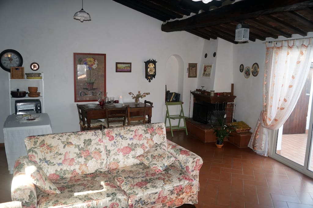 Il piano superiore , ampio soggiorno con camino.