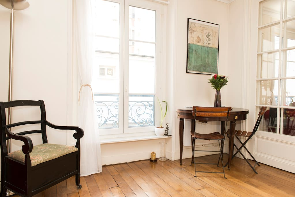 Overlooking a peaceful courtyard to recharge your batteries, 10 min from Montmartre