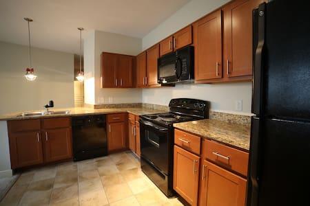 Luxury 2 BDRM APT close to metro, DC, & shopping - Hyattsville - Wohnung
