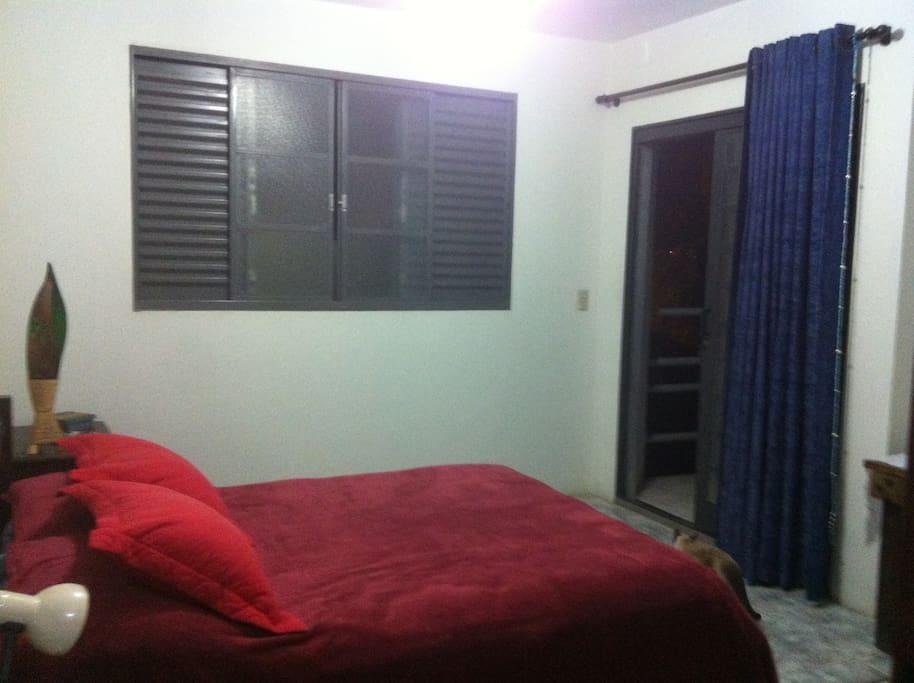 Outra vista da suite, mostrando saída para varanda