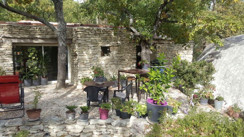 entrée et terrasse en pierres sèches santa vis avis