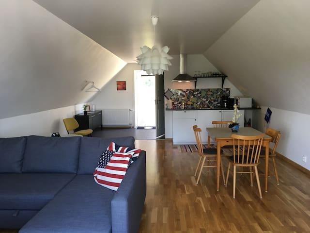 Havsnära lägenhet i mysiga Hörvik