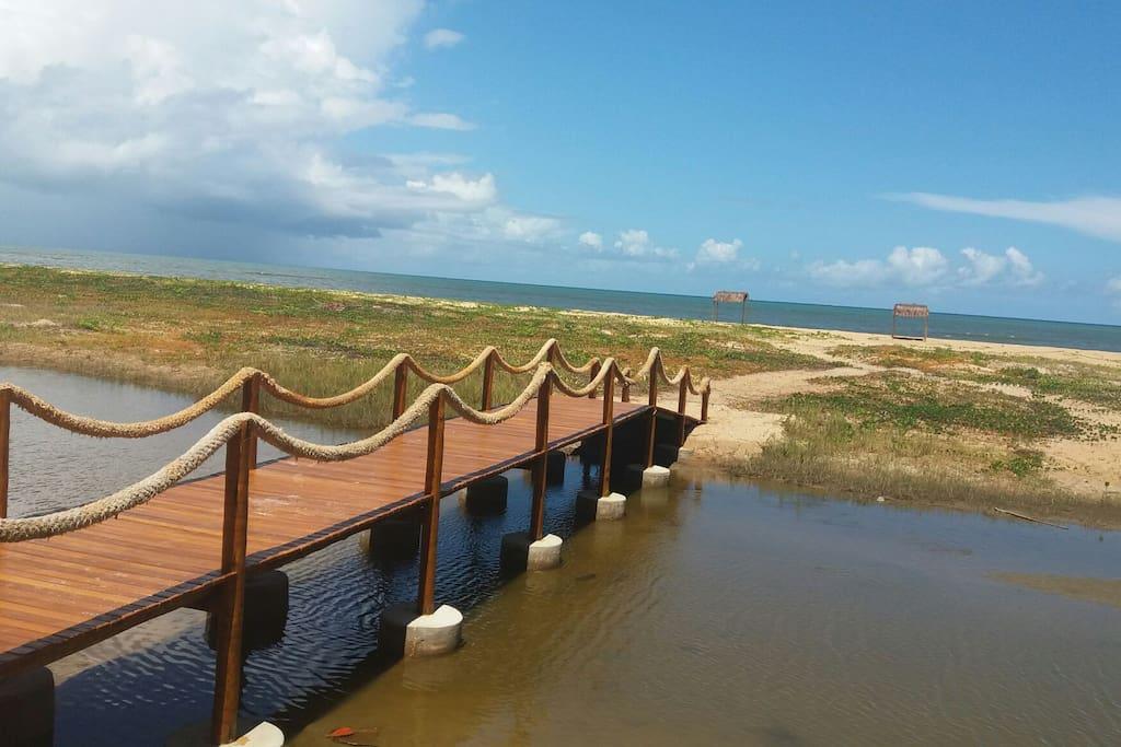 Ponte sobre o Rio Guaiú de acesso à praia
