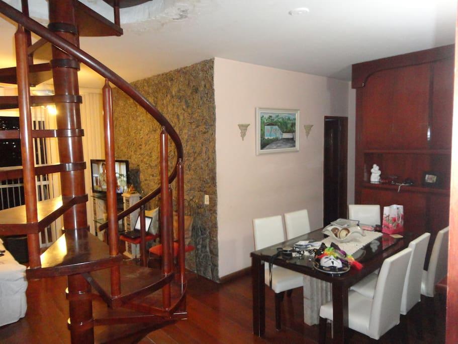 Ampla sala aconchegante, dois ambientes.