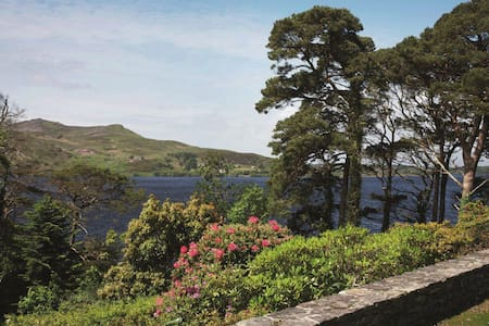 This beautiful Irish thatched cottage is situated 1 mile off the main senic Ring of Kerry Road. The cottage is steaped in Irish history. It sits beside the beautiful Caragh Lake and the tallest mountains of Ireland the Macgillycuddy's Reeks.