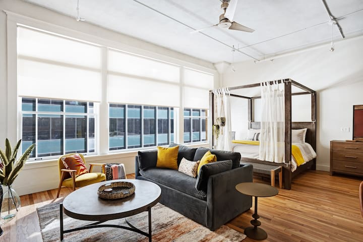 Retro chic, studio loft apartment w/ a full kitchen - in the heart of downtown