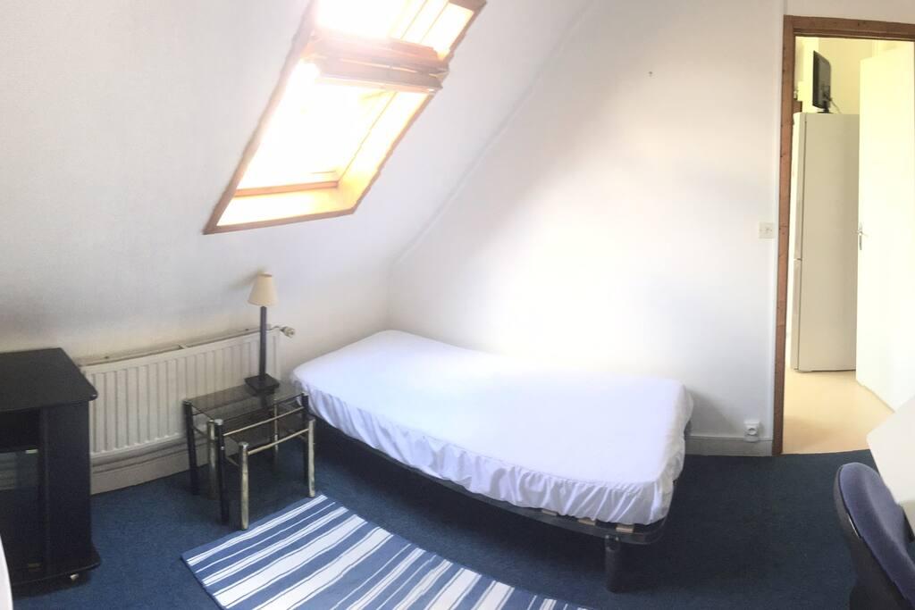 Petite chambre mansardée - c'est un vrai (petit) lit ... Située au premier étage.
