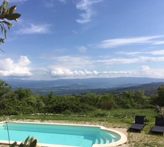 Un peu plus bas, la piscine, avec un beau 3 dans les nuages..