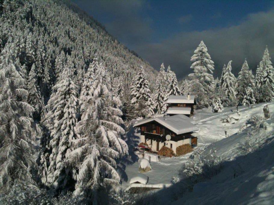 L'hiver ! La photo de notre chalet est prise depuis le téléphérique !