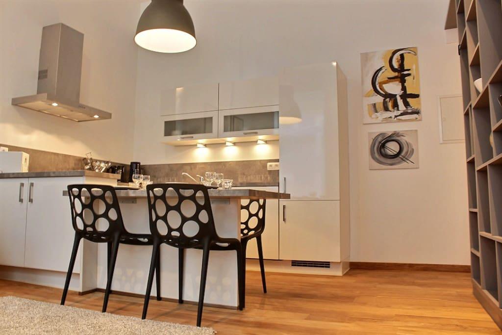 coin cuisine/salle à manger avec une cuisine toute équipée