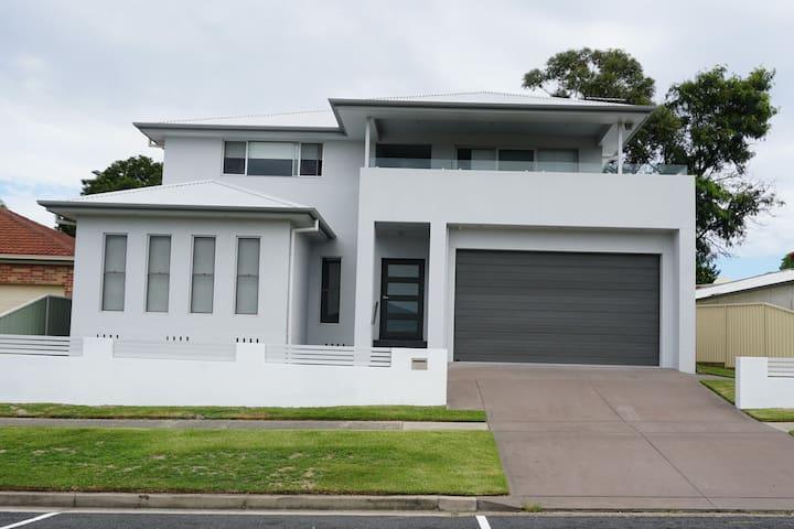 Spacious home close to amenities & city - New Lambton - Rumah