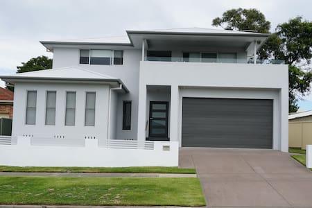 Large contemporary home close to amenities & city - New Lambton - Casa