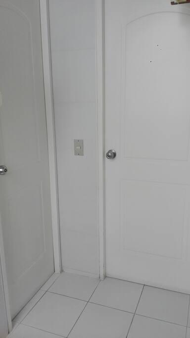 Puertas de ingreso a dormitorio y baño privado.