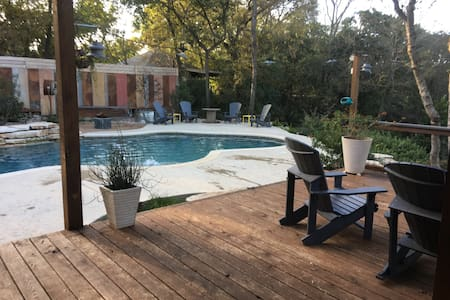 Private home with pool 10 min to DT - Austin