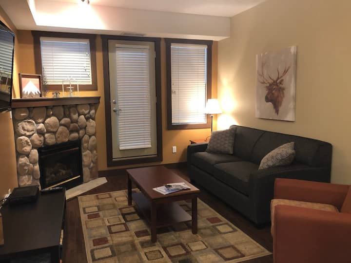 Spacious 1 BR, 5 min to ski hill. King bed, hottub