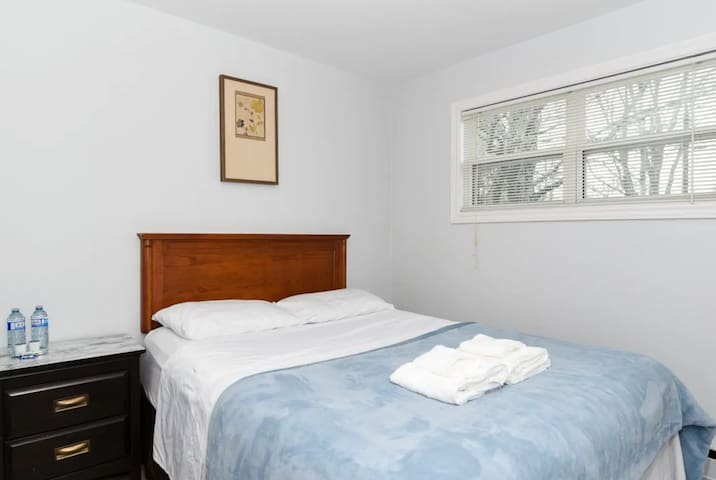 Quiet bedroom - 400 meters from NBCC Moncton