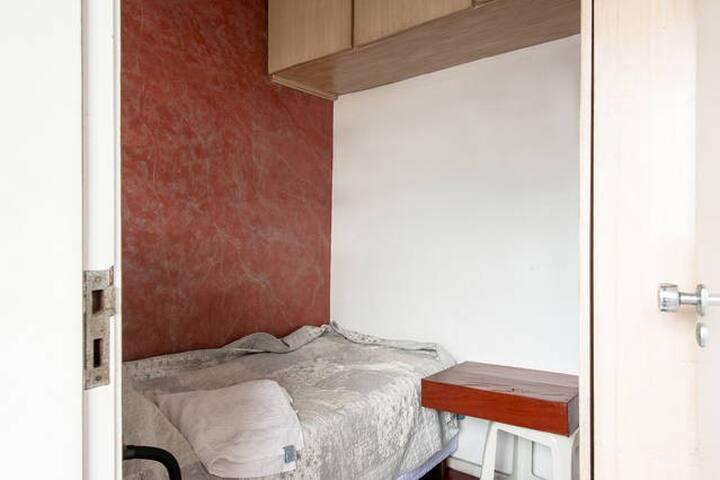 Alugo quarto pequeno para uma pessoa