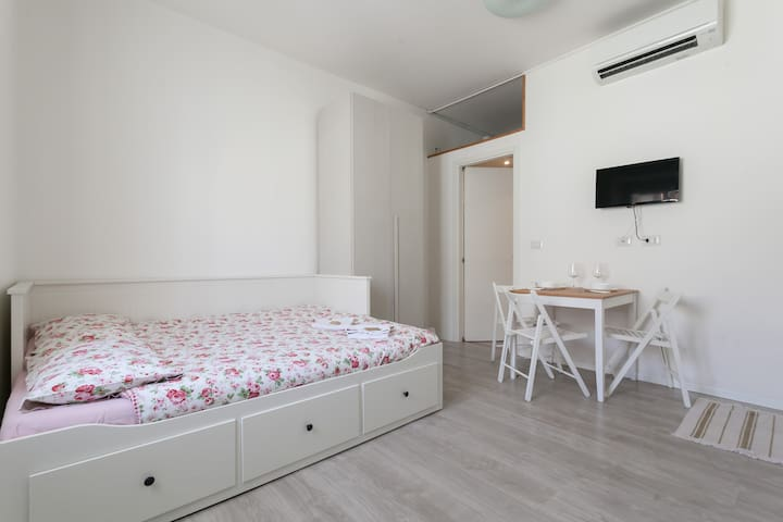 NICE STUDIO IN BOCCONI WITH WIFI - Milano - Flat