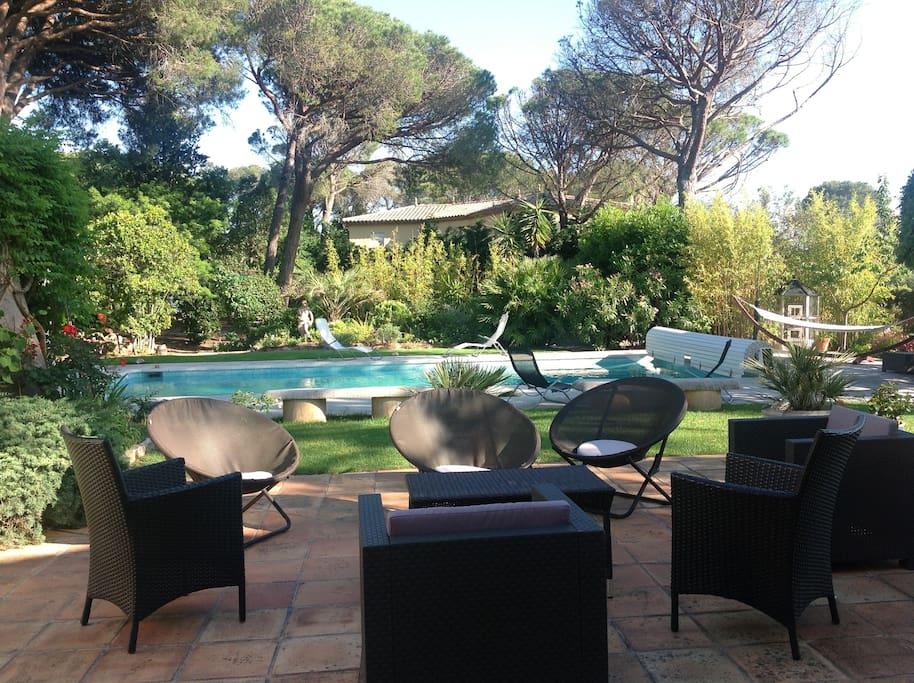 chambre priv e dans villa avec piscine chambres d 39 h tes louer saint rapha l provence. Black Bedroom Furniture Sets. Home Design Ideas