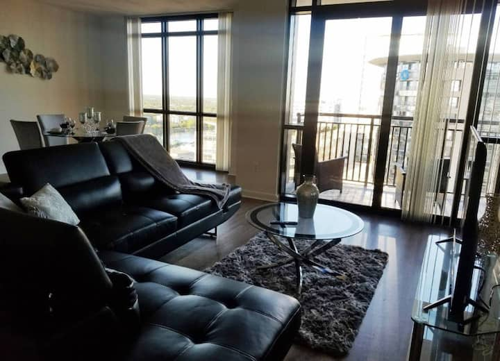 Beautiful 1 bed Highrise