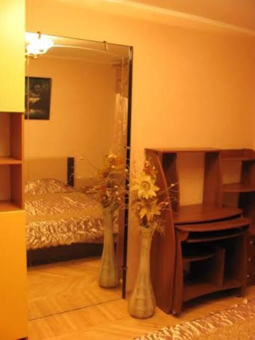Двуспальная кожаная кровать, письменный стол, большое зеркало